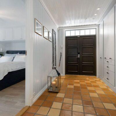 Garderobeinnredning i hall og på soverom fra Huseby