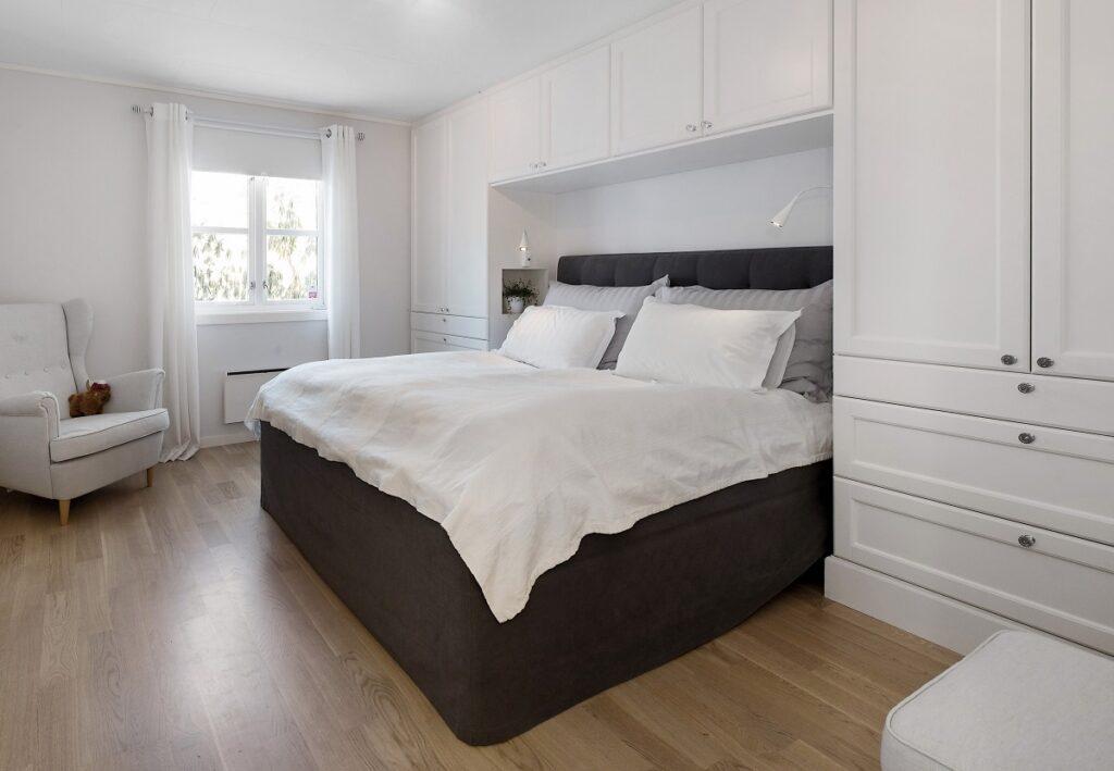 Garderobeskap på soverommet fra Huseby