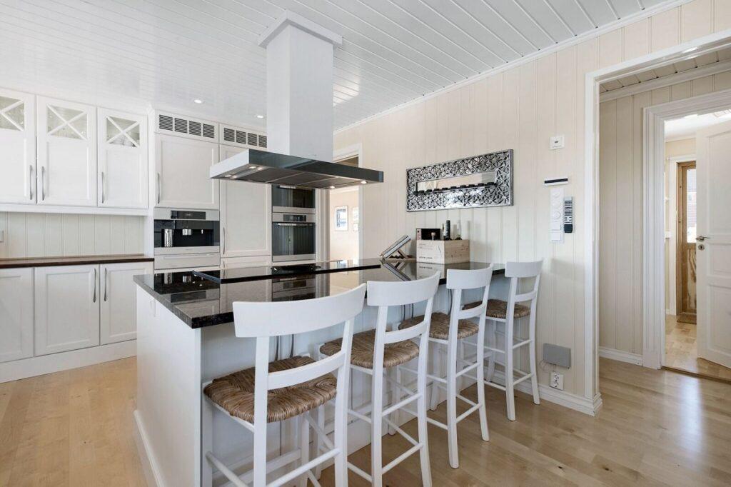 Hvite barkrakker i hvitt kjøkken fra Huseby