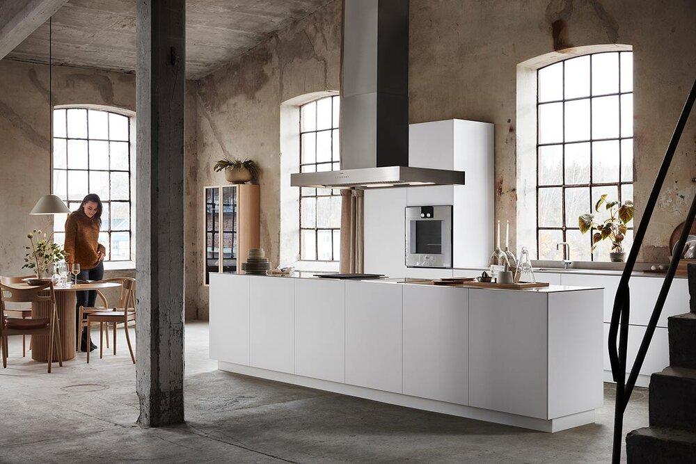 Minimalistisk kjøkken med kjøkkenøy