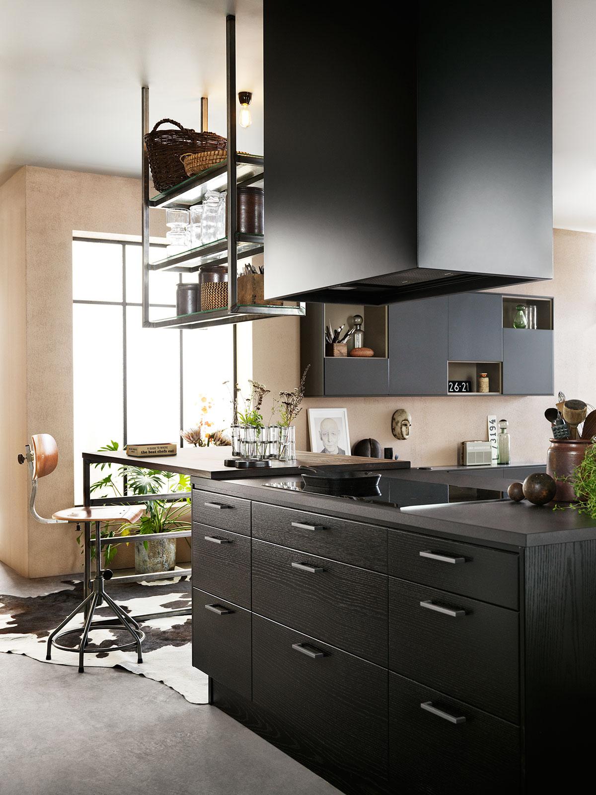 Kjøkken med spiseplass i industriell stil