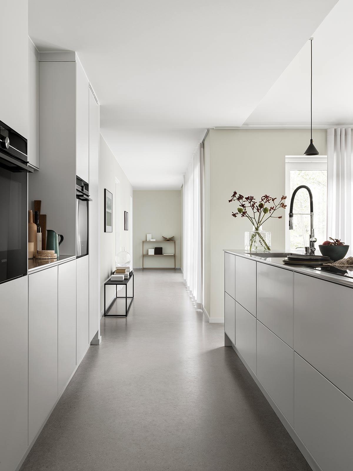 Lys grå moderne kjøkkeninnredning