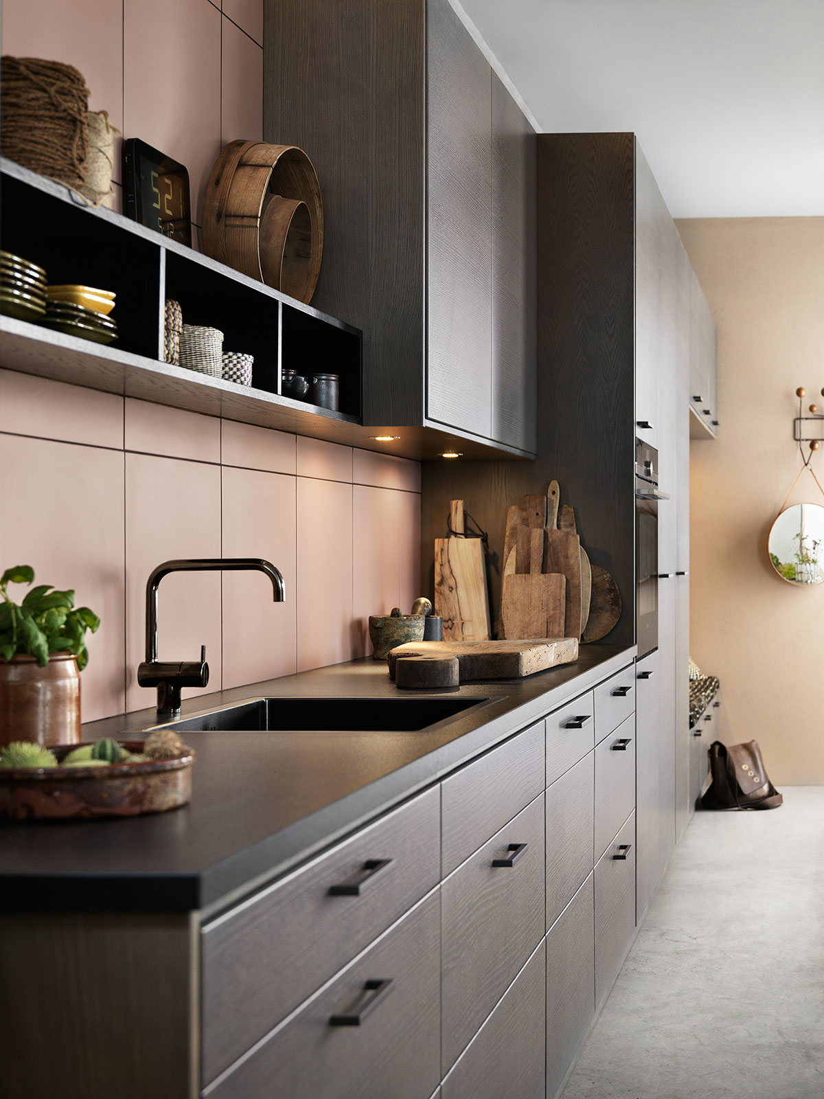 Svart og grå kjøkkeninnredning i åpen kjøkkenløsning