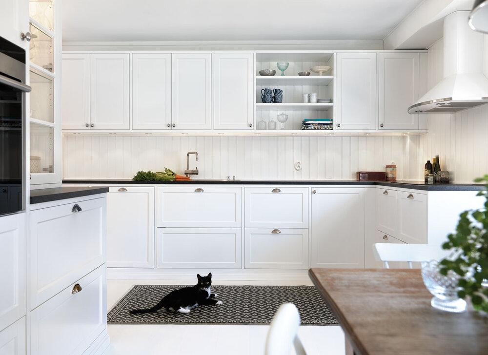 Hvitt kjøkken i landlig stil