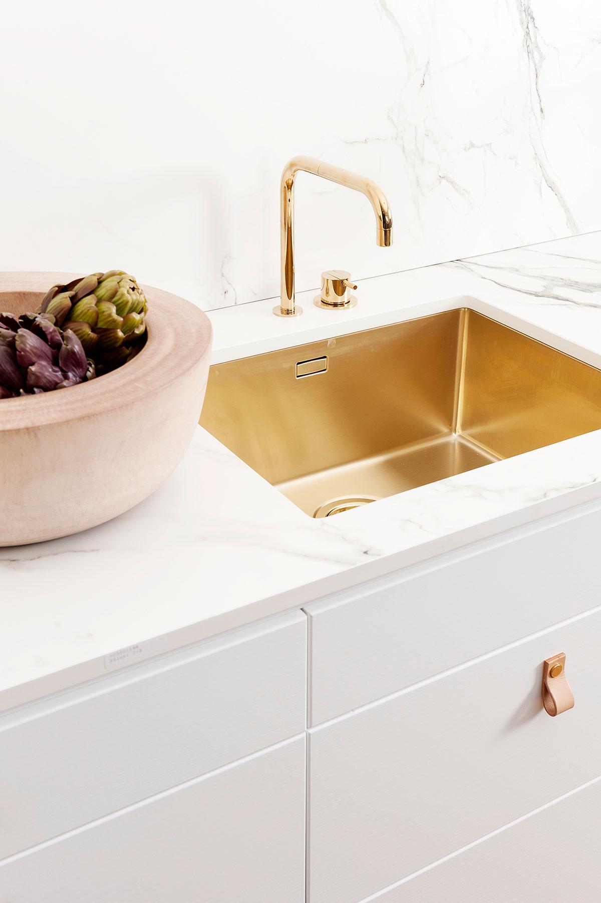 Kjøkkenvask og armatur i gull? Ja takk!