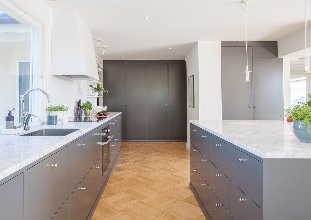 Grått kjøkken med marmor benkeplate