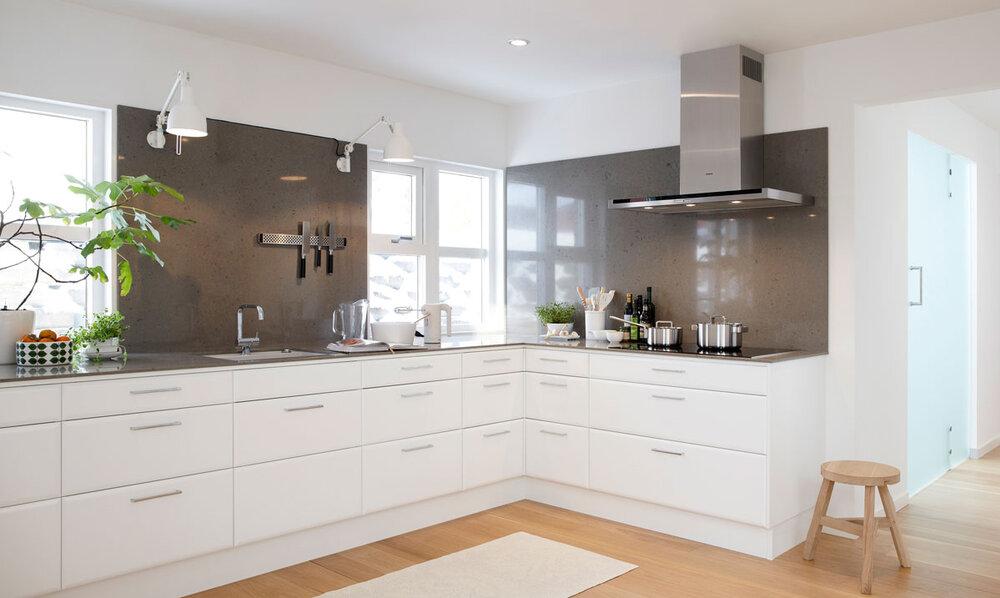 Kjøkken i hvitt og grått