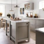 Grå kjøkkeninnredning i landlig stil