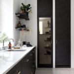 moderne svart kjøkkeninnredning