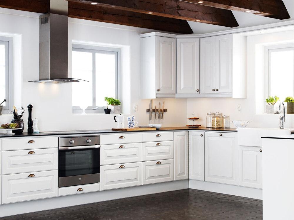 Klassisk hvitt kjøkken med freste dører