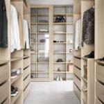 Walk in closet i lys eik
