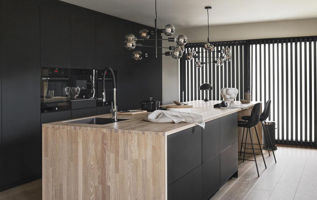 Svart kjøkken med glatte dører